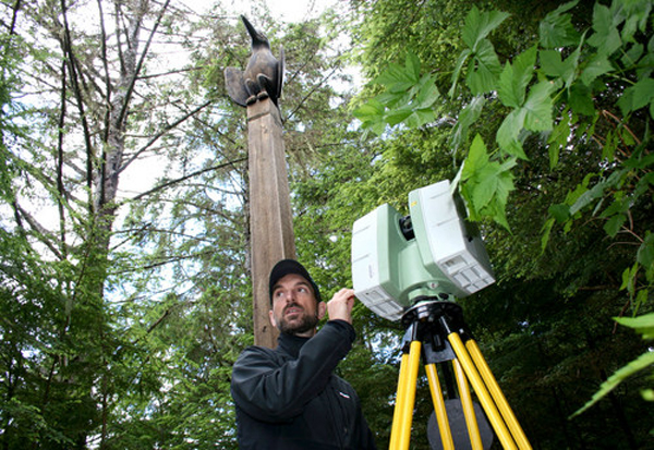National Parks Service architect Jeremy Mauro operates a machine to digitally scan totem poles in Sitka's National Historical Park. (KCAW photo/Erik Neumann)