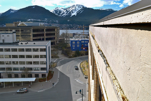 A ridge of crumbling masonry near the top of Alaska's Capitol, April 3, 2014. (Photo by Skip Gray/Gavel Alaska)