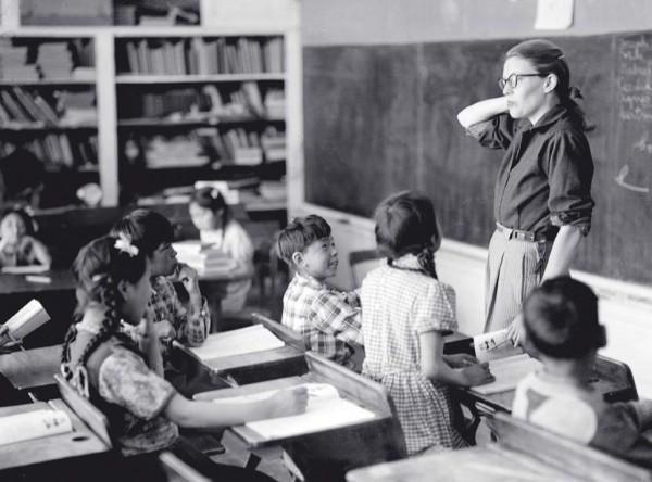 Rie Muñoz teaching in King Island in 1951. (Photo courtesy Juan Muñoz)