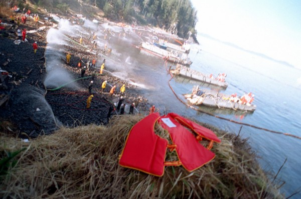 U.S. Navy Mechanized Landing Craft anchored along the shoreline as Navy and civilian personnel position hoses during the Exxon Valdez oil spill clean-up on Smith Island in Prince William Sound, March 24, 1989. (Public domain photo by PH2 POCHE)