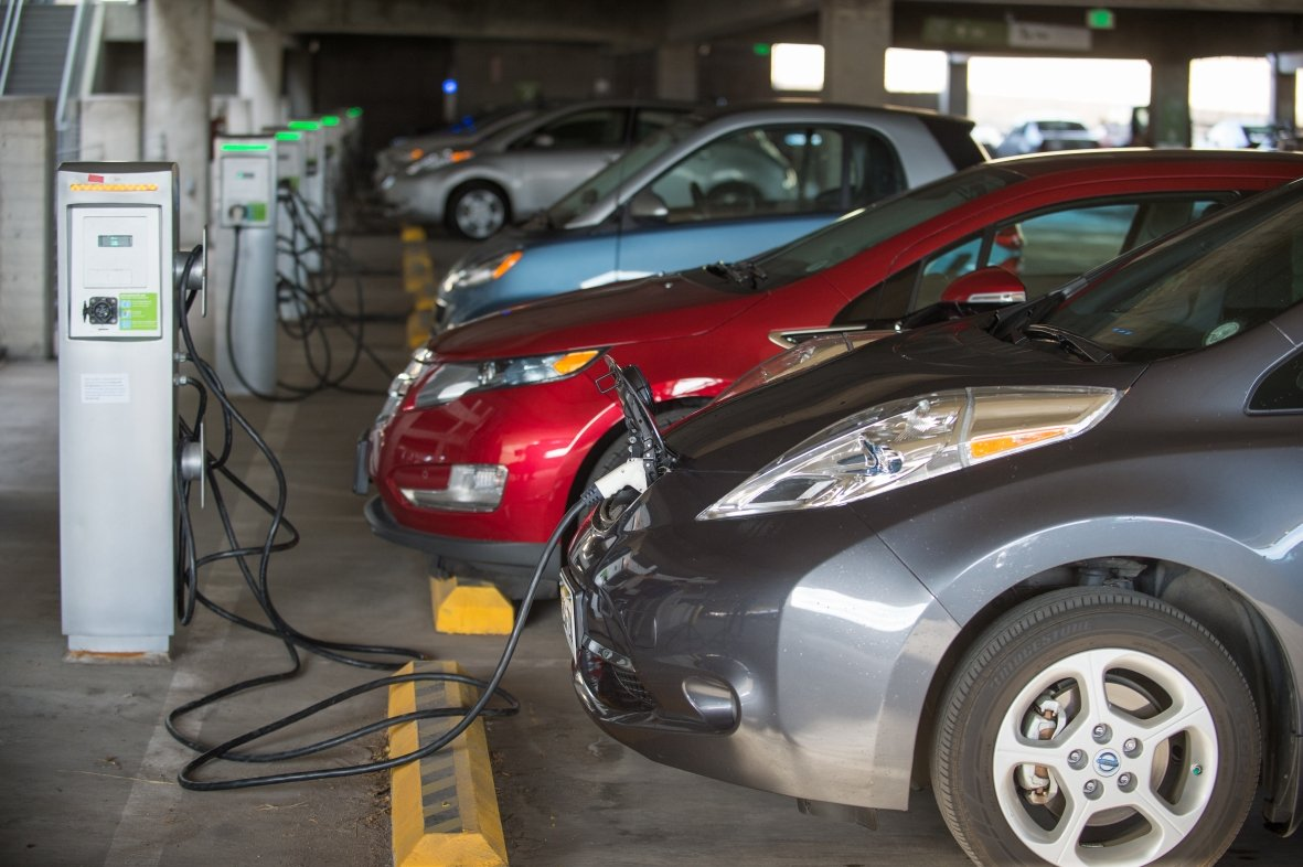 https://www.alaskapublic.org/wp-content/uploads/2020/06/PEVs-charging-in-NREL-garage-via-NREL-database.jpg