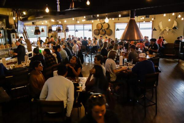 a busy restaurant scene